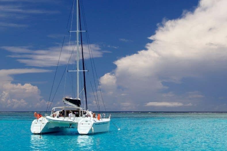 Catamaran vs Monohull: Catamaran sailing on clear blue waters